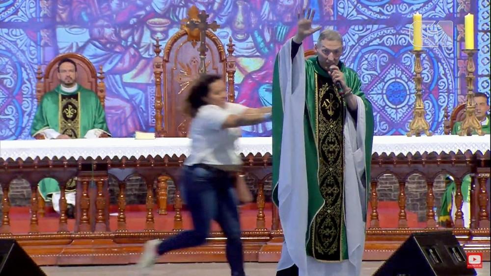 Padre Marcelo Rossi sendo empurrado