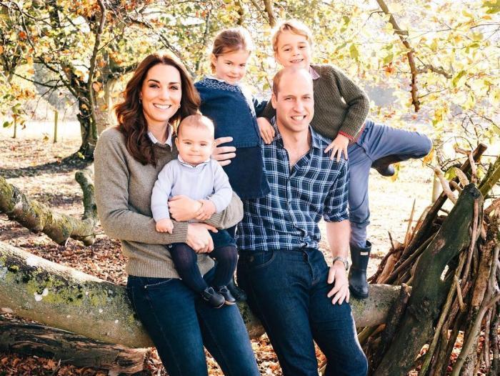 Principe William e Princesa Kate ao lado dos filhos