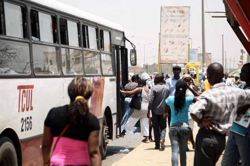 Autocarro Tcul passageiros subindo